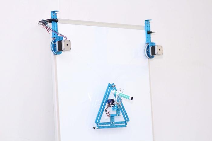 mSpider - паук-художник, рисующий на вертикальных поверхностях