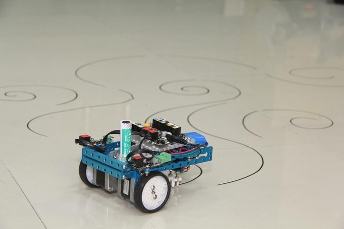 mCar – трёхколёсный робот, рисующий на листе бумаги, по которому он ездит.